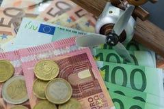 O foco seletivo, cédulas do Euro com Euro inventa com brinquedo de madeira Imagem de Stock Royalty Free
