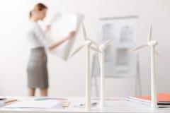 O foco seletivo das turbinas eólicas modela a posição na tabela Imagem de Stock Royalty Free