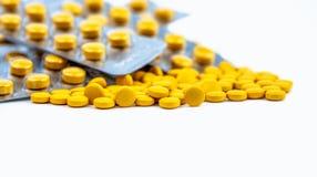 O foco seletivo no amarelo marca comprimidos no fundo borrado do bloco de bolha de comprimidos amarelos redondos Medicina de Dicl Imagem de Stock Royalty Free