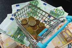 O foco seletivo no Euro inventa no mini carrinho de compras na pilha de e Imagem de Stock Royalty Free