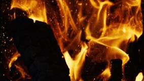 O fogo acende movendo sobre a obscuridade no fundo preto que vem brilhantemente da queimadura morno vídeos de arquivo