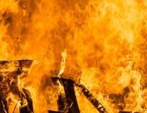 O fogo alaranjado e vermelho amarelo arde como o fundo com th dos elementos Imagens de Stock Royalty Free