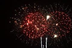 O fogo de artifício vermelho explode no céu foto de stock royalty free