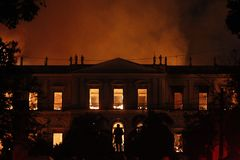 O fogo destrói a coleção e a parte da construção do Nationa fotos de stock