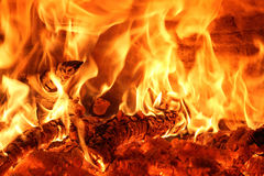 O fogo do burning arde no forno de madeira Fotos de Stock Royalty Free