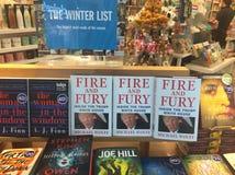 O fogo e a fúria controversos do livro que caracterizam Donald Trump caracterizado proeminentemente sob uma lista de leitura do i imagens de stock