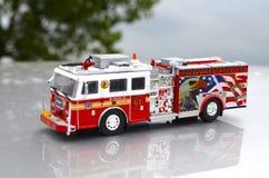 O fogo e o salvamento de New York com água Canon transportam o brinquedo vermelho do departamento com ângulo lateral dos detalhes imagens de stock royalty free