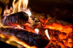 O fogo e os carvões fecham-se acima na grade fotos de stock