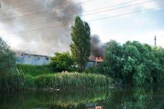 O fogo em um armazém no lago Fotografia de Stock