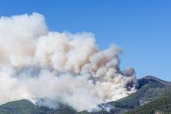O fogo enorme nas madeiras de Monte Pisano ameaça os centros habitados de Vicopisano e de Bientina, Toscânia, Itália fotografia de stock royalty free