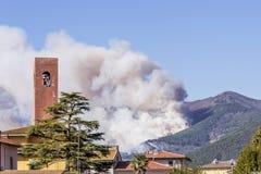 O fogo enorme nas madeiras de Monte Pisano ameaça os centros habitados de Vicopisano e de Bientina, Toscânia, Itália fotografia de stock