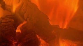 O fogo está queimando-se no vídeo acelerado chaminé vídeos de arquivo