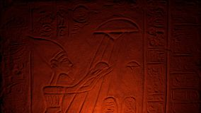 O fogo ilumina o UFO e o homem na cinzeladura egípcia antiga video estoque