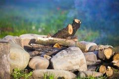 O fogo no esclarecimento para acampar imagens de stock