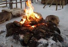 O fogo no inverno na vila fotos de stock