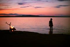 O fogo no lago Por do sol sobre a água Foto de Stock