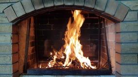 O fogo queima-se na chaminé
