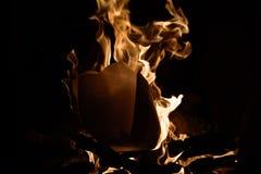 O fogo Um fogo na chaminé Imagens de Stock Royalty Free