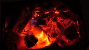 O fogo vermelho queima a madeira na obscuridade, cinza no fogo, close up carvões quentes para o soldador fotos de stock royalty free