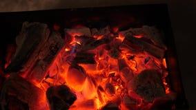 O fogo vermelho queima a madeira na obscuridade, cinza no fogo, close up carvões quentes para o soldador fotos de stock