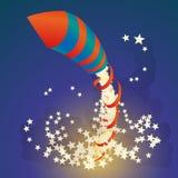 O foguete do fogo de artifício do voo com uma fita e protagoniza no céu noturno Fotografia de Stock Royalty Free