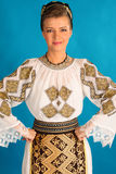 O folclore romeno veste tradicional no fundo azul do azzure Imagens de Stock Royalty Free