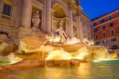 O Fontana di Trevi em Roma iluminou na noite Fotografia de Stock