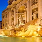 O Fontana di Trevi em Roma iluminou na noite Imagem de Stock Royalty Free