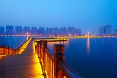 O footway de madeira marrom dourado e o lago azul molham Imagens de Stock Royalty Free