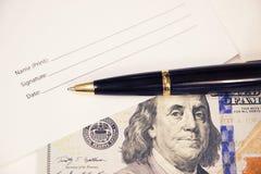 O formulário da assinatura com uma pena e cem dólares Assinando acima papéis de negócio Foto de Stock