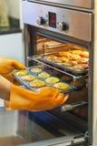 O forno de cozimento dos queques está aberto Imagem de Stock Royalty Free