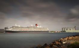 O forro do cruzeiro da rainha Elizabeth ancorou em Newcastle, o 1º de março de 2018, Novo Gales do Sul, Austrália imagem de stock royalty free