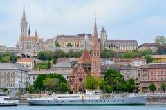 O forte com torres é o lugar de descanso dos habitantes de Budapest da plataforma de observação oferece uma vista bonita do fotos de stock