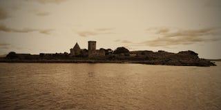 O forte pequeno em uma ilha próximo constrói uma ponte sobre adiante, Edimburgo, Mar do Norte, Escócia foto de stock royalty free
