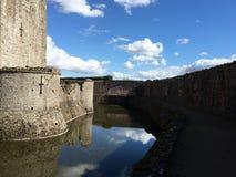O fosso em torno do castelo do Raglan, Gales Fotos de Stock Royalty Free
