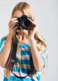 O fotógrafo criativo da mulher toma fotos Imagens de Stock