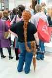 O fotógrafo da menina com os slas longos de um vermelho do russo Foto de Stock