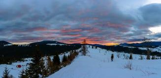 O fotógrafo de viagem admira o nascer do sol bonito na parte superior de montanhas Carpathian fotografia de stock
