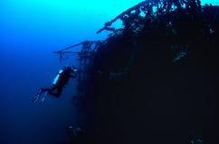 O fotógrafo do mergulhador que prepara-se disparou em uma imagem da destruição de Carmen Fabiana Foto de Stock