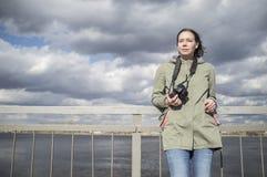 O fotógrafo encantado do turista da mulher está com uma câmera imagens de stock royalty free
