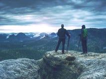O fotógrafo está tomando uma imagem da paisagem Dois homens que caminham e que tomam imagens Acampamento, aventura, viagem e trav fotografia de stock royalty free