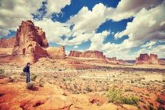 O fotógrafo fêmea toma imagens no parque nacional dos arcos Fotografia de Stock