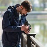 O fotógrafo farpado fotografa com entusiasmo o camer do filme fotografia de stock royalty free