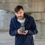 O fotógrafo farpado fotografa com entusiasmo o camer do filme fotos de stock royalty free