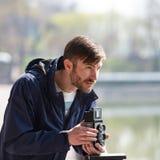O fotógrafo farpado fotografa com entusiasmo o camer do filme imagens de stock royalty free