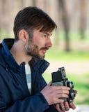 O fotógrafo farpado fotografa com entusiasmo o camer do filme fotografia de stock