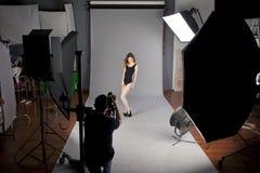 O fotógrafo fotografa o modelo profissional Imagens de Stock