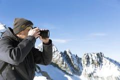 O fotógrafo fotografa a paisagem das montanhas Fotografia de Stock
