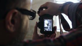 O fotógrafo masculino está pegando imagens em sua Carema, fim video estoque
