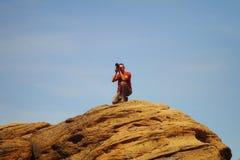 O fotógrafo masculino profissional toma fotos na montanha Imagens de Stock